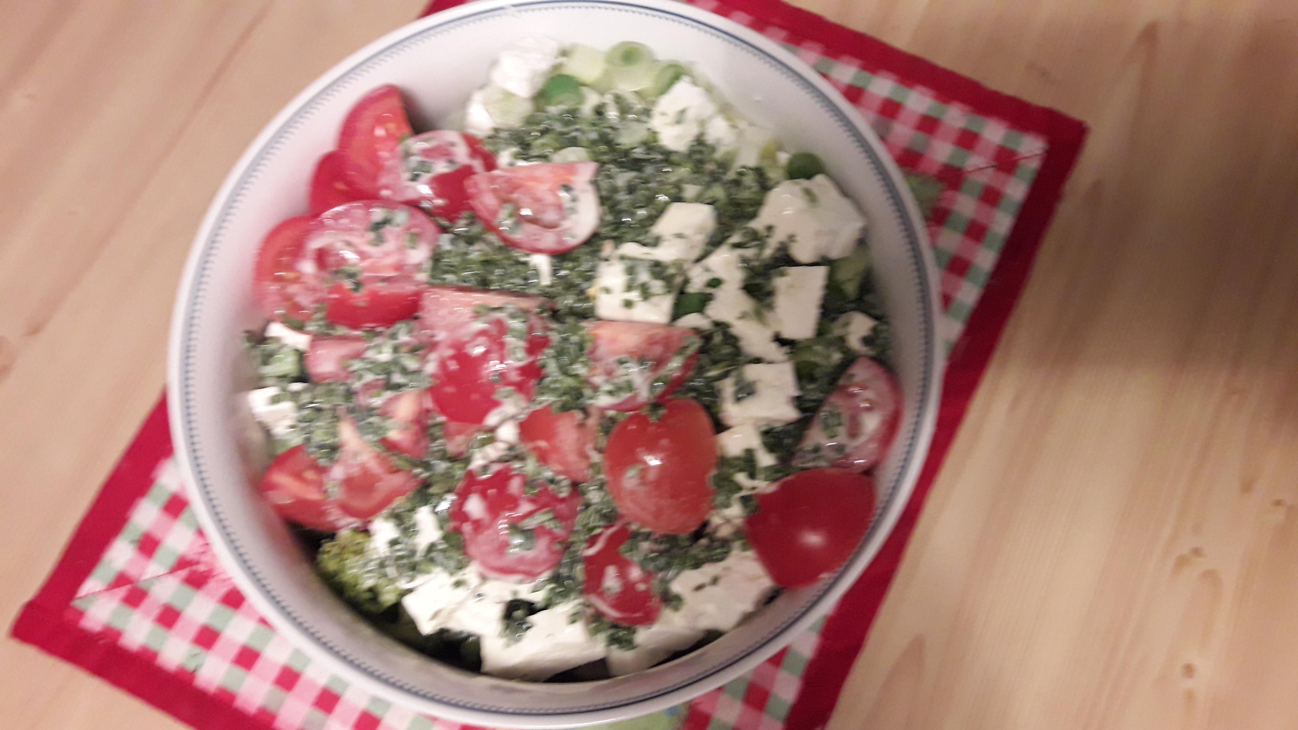 Frühlingshafter Brokkolisalat