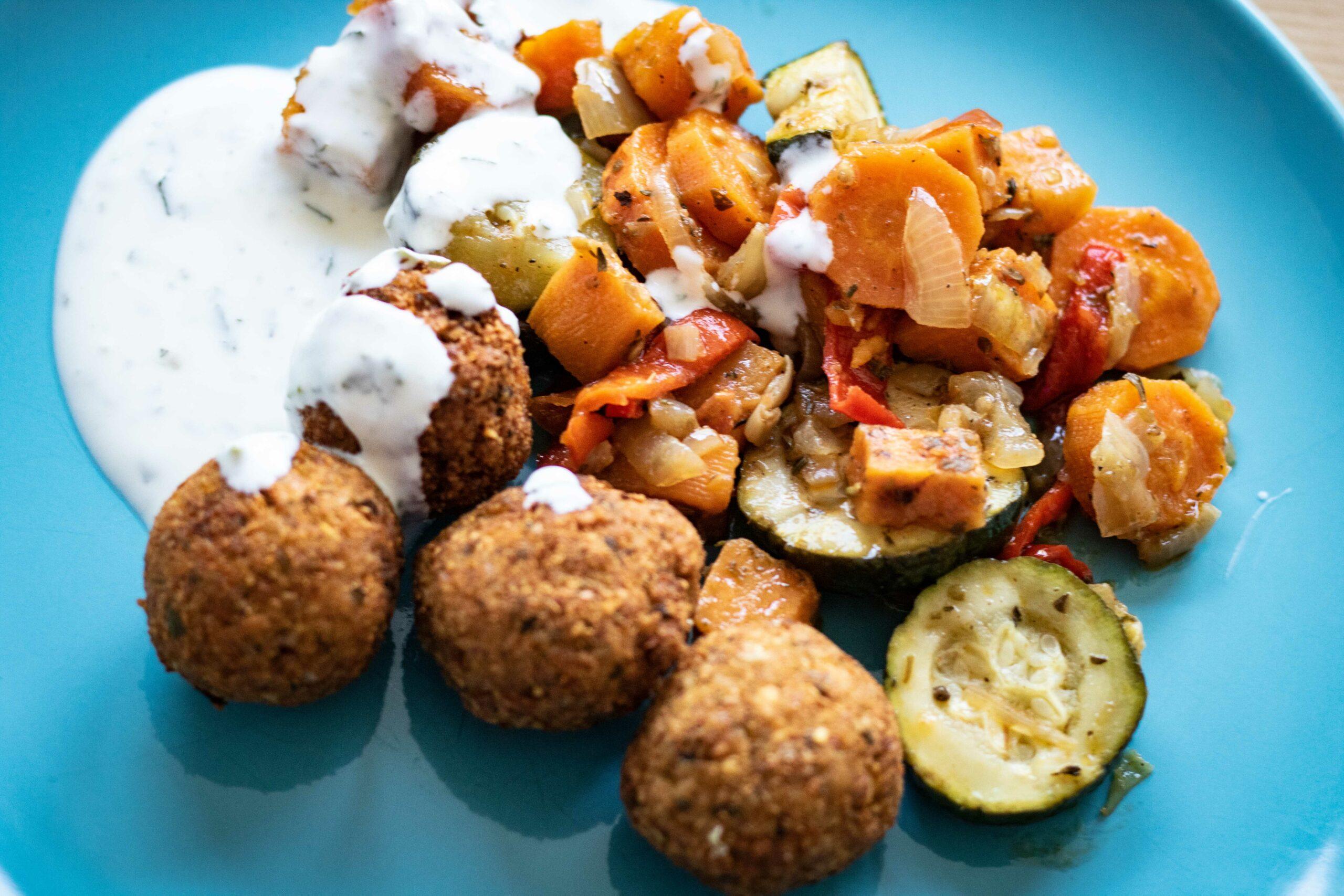 Falafel mit Joghurt-Minz-Soße und Ofengemüse